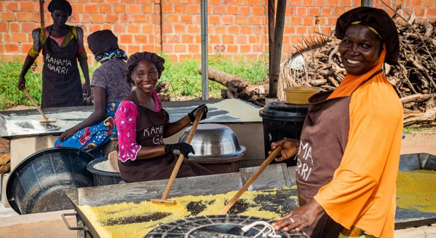 African women processing garri locally